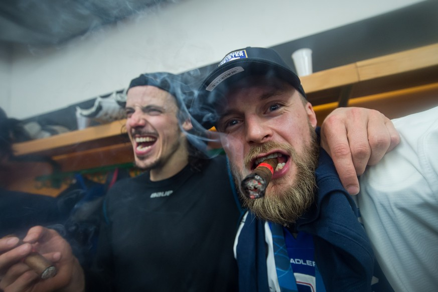 Zurich's player Roman Wick, left, and Zurich's player Fredrik Pettersson, right, celebrate winning the Swiss championship title, after the seventh match of the playoff final of the National League of the ice hockey Swiss Championship between the HC Lugano and the ZSC Lions, at the ice stadium Resega in Lugano, on Friday, April 27, 2018. (KEYSTONE/Ti-Press/Pablo Gianinazzi)