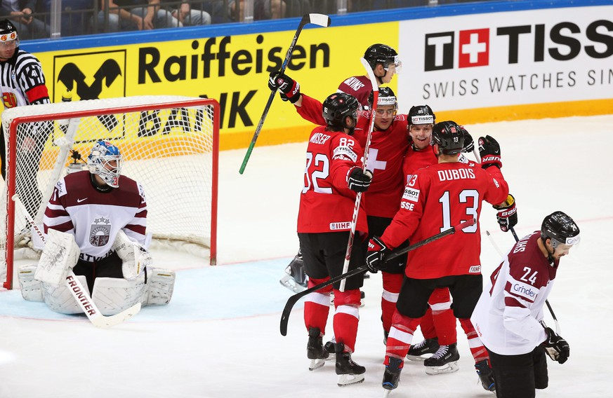 epa05299606 Nino Niederreiter (C) of Switzerland celebrates with his teammates after scoring during the Ice Hockey World Championship 2016 preliminary round match between Switzerland and Latvia at the Ice Palace in Moscow, Russia, 11 May 2016.  EPA/MAXIM SHIPENKOV