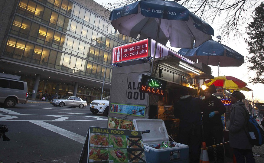 A food cart is pictured across the street from Bellevue Hospital in the Manhattan borough of New York November 20, 2014. Preliminary test results showed a traveler who visited Mali was negative for Ebola on Thursday but the patient will remain at the hospital for further testing, city health officials said. REUTERS/Carlo Allegri (UNITED STATES - Tags: HEALTH)