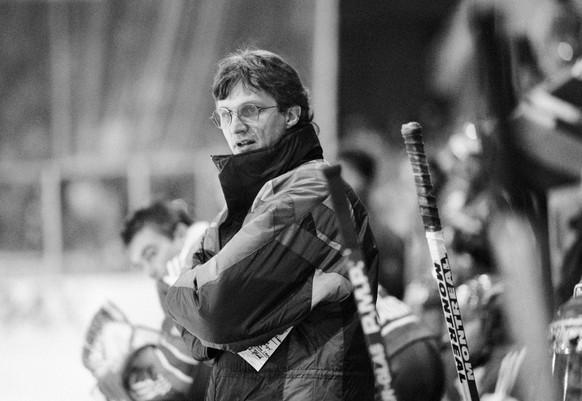 Der neue Trainer des ZSC, Arno Del Curto, gibt am 29. November 1991 in Lugano beim Spiel HC Lugano gegen den ZSC seiner Mannschaft Anweisungen. (KEYSTONE/Karl Mathis)