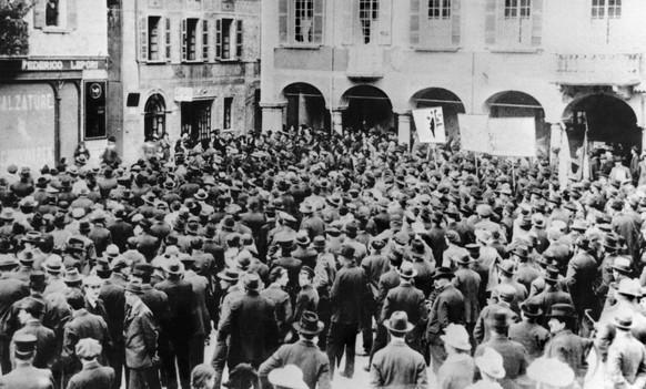 Streikende Arbeiter versammeln sich waehrend des Schweizer Generalstreiks in November 1918 auf einem Platz in Bellinzona, Schweiz. (KEYSTONE/Str)