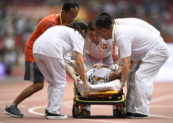 Medical staff help Kim Seongeun of South Korea after she collapsed after finishing the women's marathon at the 15th IAAF Championships in Beijing, China August 30, 2015.  REUTERS/Dylan Martinez