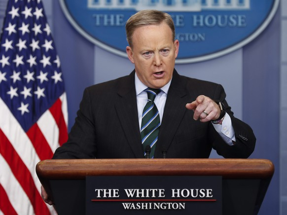 epa05749977 White House Press Secretary Sean Spicer responds to a question from the news media during a press conference in the Brady Press Briefing Room of the White House in Washington, DC, USA, 25 January 2017.  EPA/SHAWN THEW