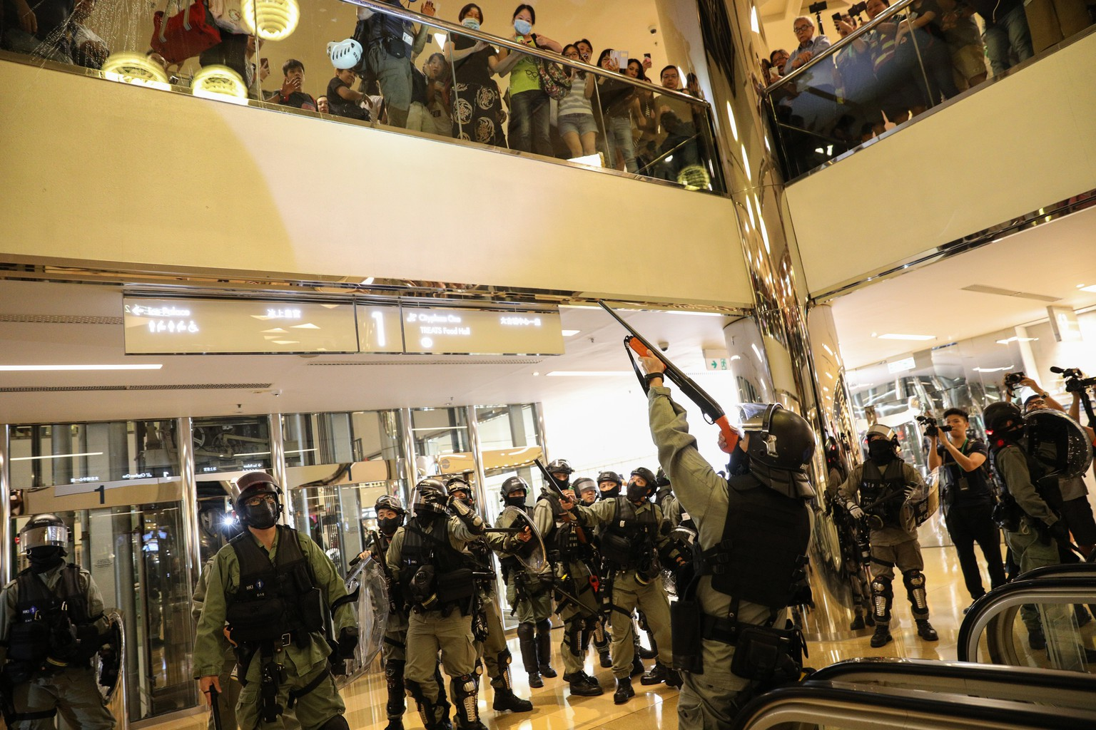 epa07969316 Riot police arrive to a shopping mall to disperse protesters during a rally against police brutality in Hong Kong, China, 03 November 2019. Hong Kong has entered a 22nd week of ongoing mass protests, originally triggered by a now withdrawn extradition bill to mainland China that have turned into a wider pro-democracy movement.  EPA/JEROME FAVRE