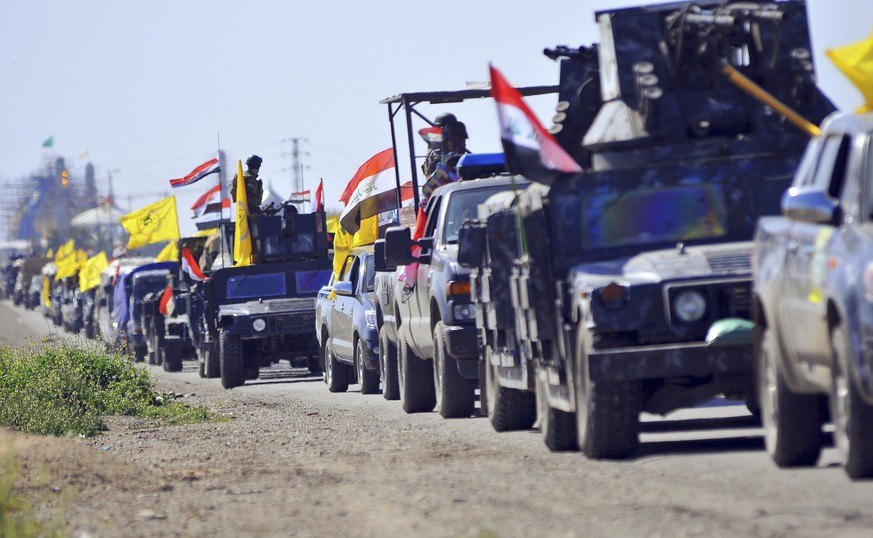 Members of Iraqi security forces and Shiite militia fighters make their way in vehicles from Samarra to the outskirts of Tikrit, north of Baghdad, February 28, 2015. Islamic State suicide bombers and fighters struck targets on Saturday in the northern Iraqi city of Samarra, where security forces and their Shi'ite militia allies have been gathering for an offensive against the radical Sunni militants. Thousands of troops and fighters from Shi'ite militias known as Hashid Shaabi (Popular Mobilisation) have gathered around Samarra for a campaign to drive Islamic State out of nearby strongholds on the Tigris River, including the city of Tikrit 50 km (30 miles) to the north. The army shelled northern and western districts of Tikrit on Saturday, but did not send troops into the city, security sources said. REUTERS/Stringer (IRAQ - Tags: POLITICS CIVIL UNREST)