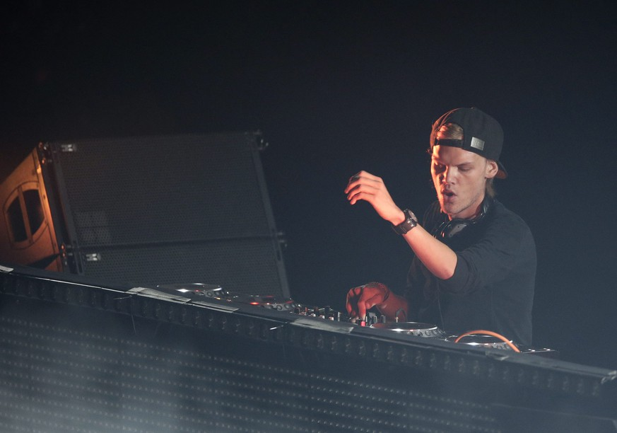 epa04288701 Tim Bergling, better known as Swedish progressive house DJ Avicii (R) performs his set during his '#TRUETOUR' at Barclays Center in Brooklyn, New York, USA, 28 June 2014.  EPA/JASON SZENES