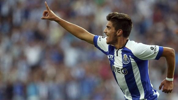 epa04355533 FC Porto's Ruben Neves celebrates after scoring a goal during their Portuguese First League soccer match against Maritimo held at Dragao stadium in Porto, Portugal, 15 August 2014. Ruben Neves is the youngest FC Porto player ever participating in the Portuguese First League.  EPA/JOSE COELHO