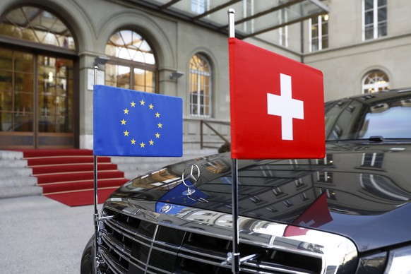 ARCHIVBILD ZUR MK DES BUNDESRATES ZU DEN BEZIEHUNGEN SCHWEIZ - EU, AM MITTWOCH, 4. JULI 2018 - A limousine with the flags of the European Union and Switzerland waits in front of the Bernerhof, during the official visit of European Commission President Jean-Claude Juncker in Bern, Switzerland, Thursday, November 23, 2017. (KEYSTONE/Peter Klaunzer)