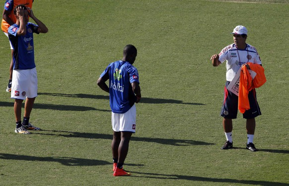 Costa Rica's national head coach Jorge Luis Pinto (R) talks with Joel Campbell and Christian Gamboa (L) during their training session in Santos July 2, 2014.  Costa Rica  will play against Netherlands in a 2014 Brazil World Cup quarterfinal match in Salvador on July 6.      REUTERS/Paulo Whitaker (BRAZIL  - Tags: SPORT SOCCER WORLD CUP)