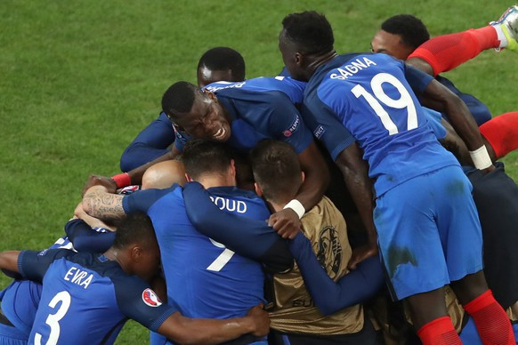 epa05368258 Antoine Griezmann (UNSEEN) of France celebtrates with his teammates after scoring 1-0 during the UEFA EURO 2016 group A preliminary round match between France and Albania at Stade Velodrome in Marseille, France, 15 June 2016.   (RESTRICTIONS APPLY: For editorial news reporting purposes only. Not used for commercial or marketing purposes without prior written approval of UEFA. Images must appear as still images and must not emulate match action video footage. Photographs published in online publications (whether via the Internet or otherwise) shall have an interval of at least 20 seconds between the posting.)  EPA/ALI HAIDER   EDITORIAL USE ONLY