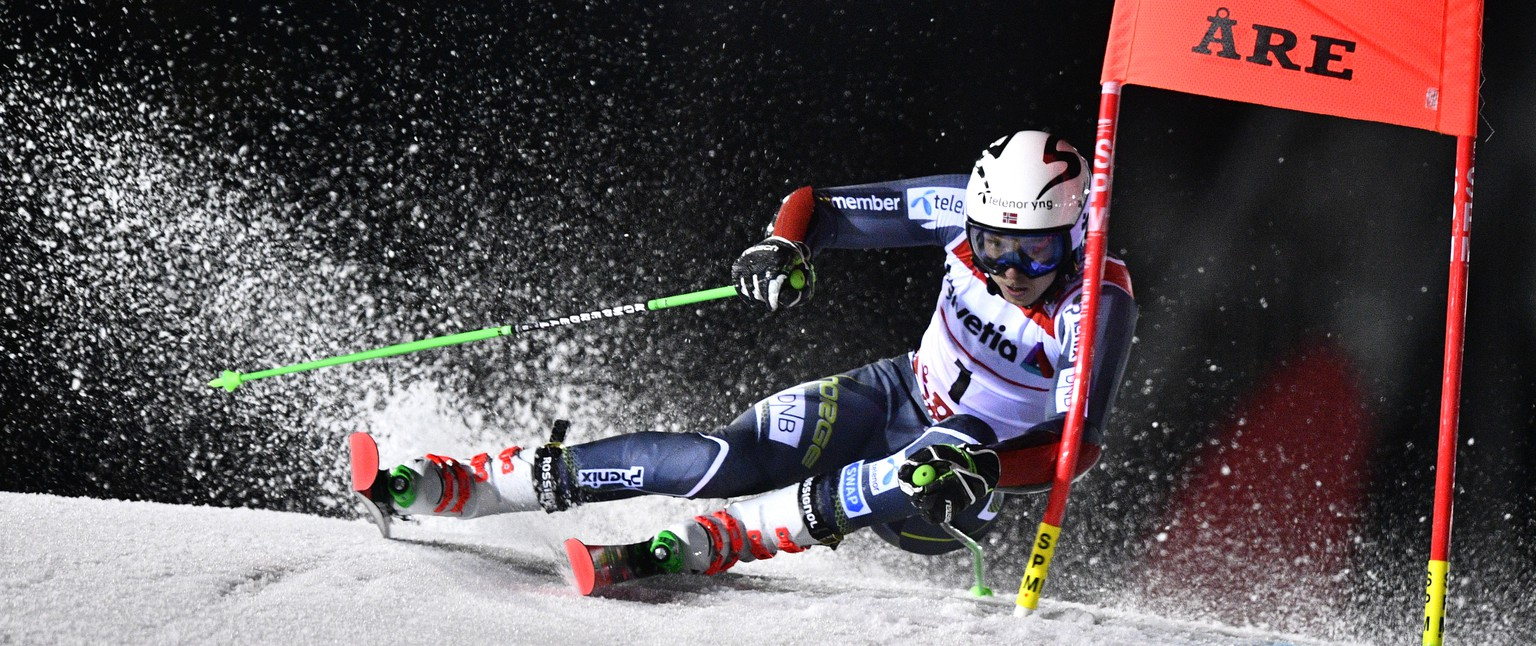 epa07373192 Henrik Kristoffersen of Norway clears a gate during the second run of the Men's Giant Slalom race at the 2019 FIS Alpine Skiing World Championships in Are, Sweden, 15 February 2019.  EPA/CHRISTIAN BRUNA