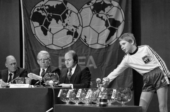 Die WM-Gegner der Schweiz sind bekannt: Sowjetunion, Daenemark, Irland und Norwegen sind die Gegner der Schweizer Fussball- Nationalmannschaft innerhalb der WM-Ausscheidungsgruppe 6 fuer die Fussball Weltmeisterschaft 1986 in Mexiko. Die Ziehung der Lose durch den elfjaehrigen Schueler Miroslav Cucuz, rechts, am 7. Dezember 1983 in Regensdorf dauerte 67 Minuten. Hinten verfolgen die FIFA Funktionaere Joao Havelange, Hermann Neuberger und Joseph Blatter (von links nach rechts) gespannt das Auslosungs-Prozedere. Die Zeremonie wurde von ueber 150 Medienvertretern und rund 200 Verbandsdelegierten verfolgt. 25 TV-Stationen uebertrugen das Geschehen direkt. (KEYSTONE/Str) ===  ===