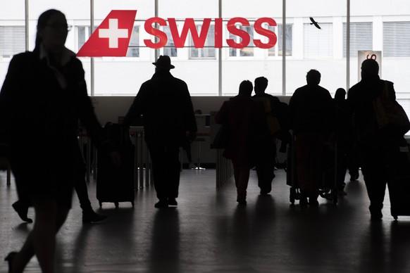 ARCHIVBILD ZU DEN UMSATZZAHLEN BEI SWISS --- Menschen bewegen sich am Check-In Schalter der Fluggesellschaft Swiss am Flughafen in Zuerich, aufgenommen am Donnerstag, 14. Dezember 2017. (KEYSTONE/Ennio Leanza)