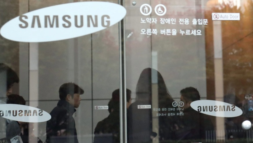 epa05621651 Journalists are seen in the lobby of Samsung Electronics Co.'s headquarters in southern Seoul. South Korea, 08 November 2016, as prosecutors raid the company over allegations that the tech giant provided illicit favors to the daughter of Choi Soon-sil, South Korean President Park Geun-hye's close friend at the center of an influence-peddling scandal.  EPA/YONHAP SOUTH KOREA OUT