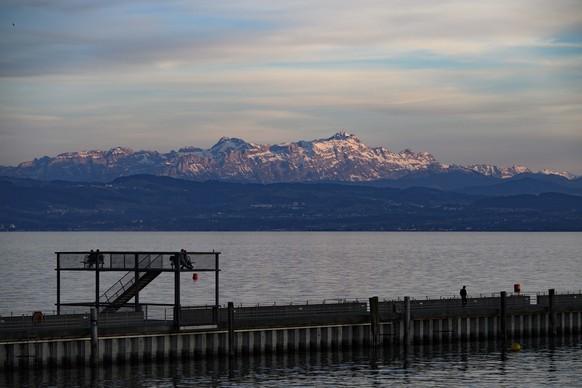 Insassen stundenlang im Wasser Fischerboot kentert auf Bodensee