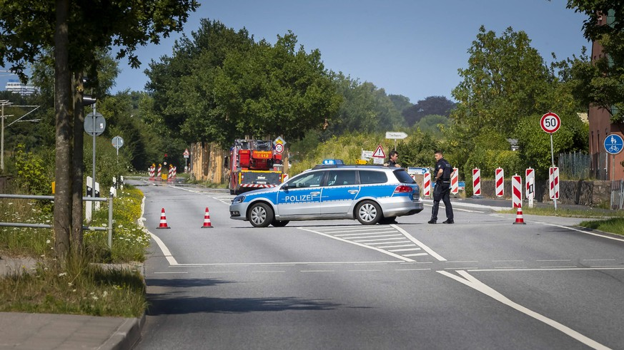 epa06900733 Police block the 'Travemuender Landstrasse' street near the scene where a person had allegedly attacked passengers on a bus in Luebeck, Germany, 20 July 2018. According to police reports, several people were injured in a violent incident in a bus in Luebeck Kuecknitz. The perpetrator has been arrested, police said.  EPA/FELIX KOENIG