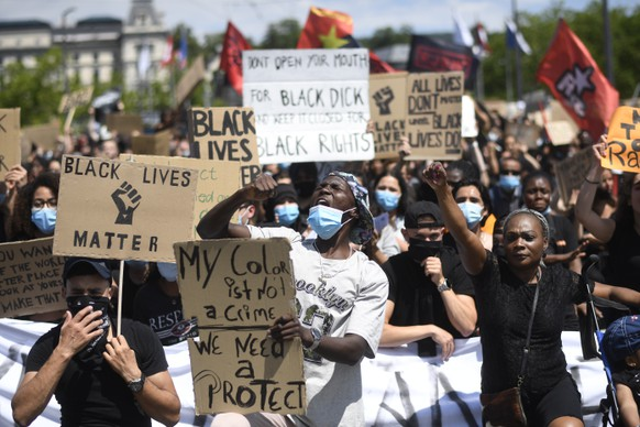 epa08482491 People demonstrate against racism after the worldwide movement of the Black Lives Matter (BLM) protest against the recent death of George Floyd in Zurich, Switzerland, 13 June 2020. Floyd, a 46-year-old African-American man, died on 25 May after being detained by police officers in Minneapolis (Minnesota), USA.  EPA/ENNIO LEANZA