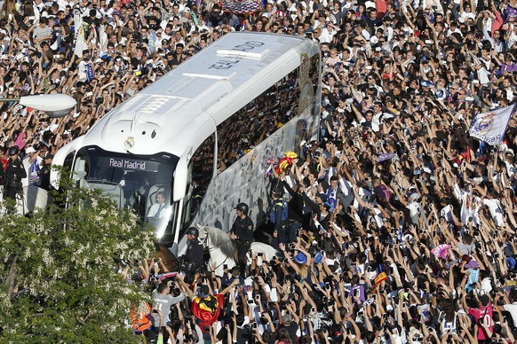 epa05924269 The bus of Real Madrid arrives at the Santiago Bernabeu stadium before the start of the Liga Primera Division 33rd round match between Real Madrid and FC Barcelona in Madrid, Spain, 23 April 2017.  EPA/Kiko Huesca