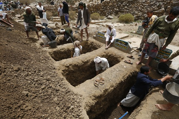 epa04692117 Locals dig graves for the victims of an airstrike allegedly carried out by the Saudi-led coalition targeting Houthi rebels' positions in the village of Hajer Akash, Sana'a, Yemen, 04 April 2015. At least 10 people were killed and dozens wounded in an airstrike by a Saudi-led coalition on the village of Hajer Akash of Sana'a province, the residents said. Coalition jets overnight targeted a camp manned by rebel Houthis in the eastern part of Sana'a. Several of the injured people are in critical condition.  EPA/YAHYA ARHAB