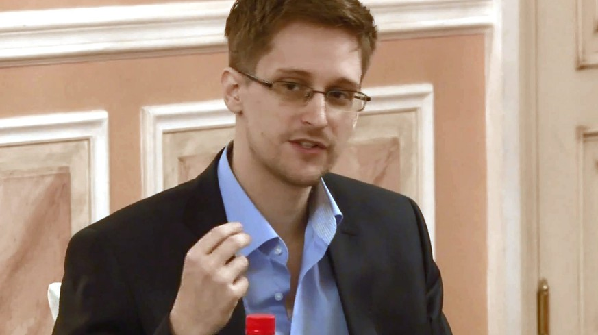 epa04344005 (FILE) A file still image made from a video, believed to have been made on 9th October and released by Wikileaks 12 October 2013 showing fugitive National Security Agency systems analyst Edward Snowden speaking at a dinner in Moscow. Media reports on 07 August 2014 state that  Russia has extended the residence permit of former US intelligence contractor Edward Snowden by three years, his lawyer Anatoly Kucherena said.  EPA/WIKILEAKS / HANDOUT  HANDOUT EDITORIAL USE ONLY/NO SALES