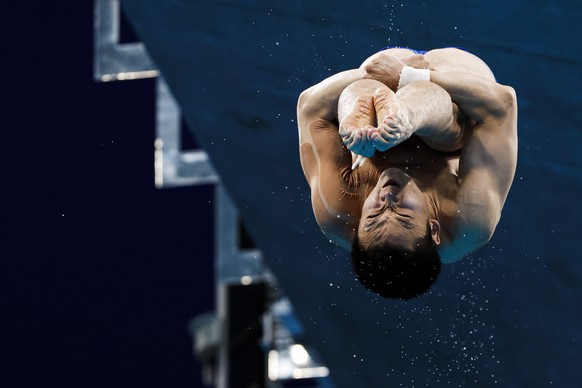 epa09402482 Yuan Cao of China performs in the Men's 10m Platform Diving Semifinal during the Diving events of the Tokyo 2020 Olympic Games at the Tokyo Aquatics Centre in Tokyo, Japan, 7 August 2021.  EPA/Patrick B. Kraemer