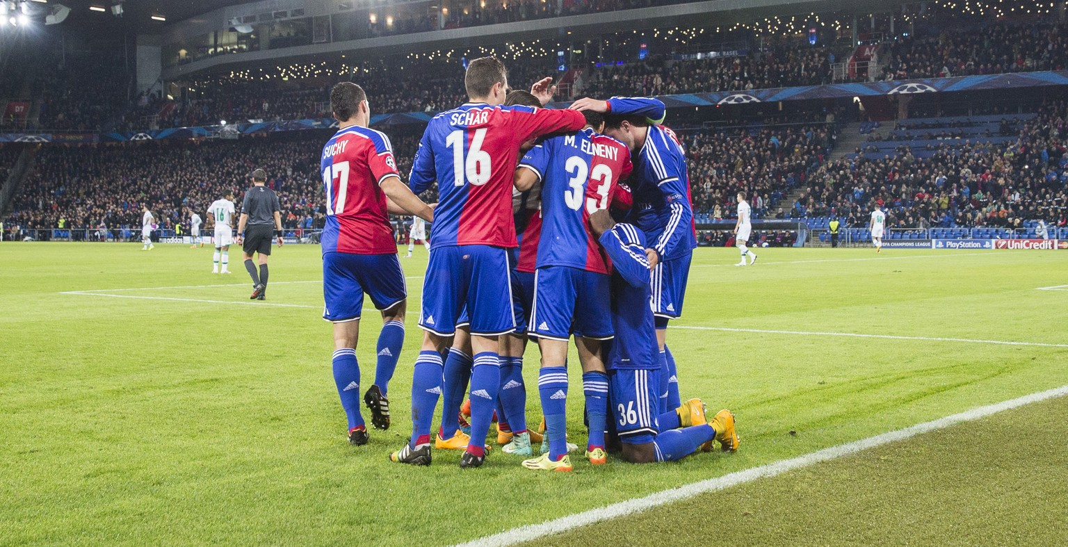 The team of FC Basel celebrates thier first goal during an UEFA Champions League group B matchday 4 soccer match between Switzerland's FC Basel 1893 and Bulgaria's PFC Ludogorets Razgrad in the St. Jakob-Park stadium in Basel, Switzerland, on Tuesday, November 4, 2014. (KEYSTONE/Patrick Straub)