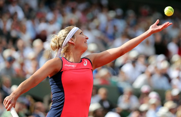 epa06010237 Timea Bacsinszky of Switzerland in action against Venus Williams of the USA during their women's singles 4th round match during the French Open tennis tournament at Roland Garros in Paris, France, 04 June 2017.  EPA/TATYANA ZENKOVICH