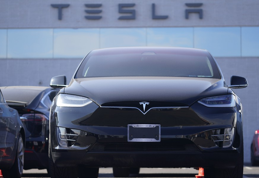 An unsold 2021 Model X sports-utility vehicle sits at a Tesla dealership Sunday, Jan. 24, 2021, in Littleton, Colo. Tesla reports earnings on Wednesday, Jan. 21.  (AP Photo/David Zalubowski) r m