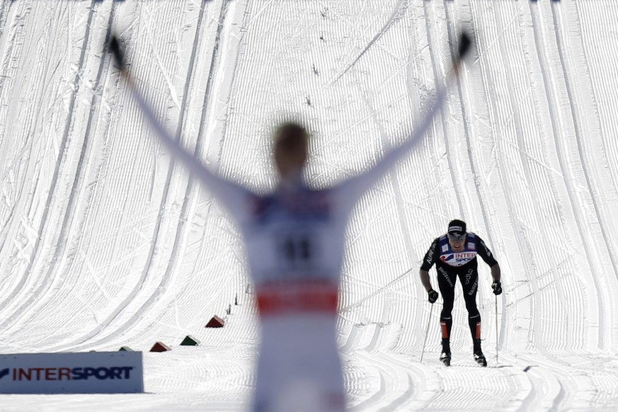 Dario Cologna of Switzerland skis behind Johan Olsson of Sweden on the last meters of the men's 50 km classic mass start race at the FIS Nordic Skiing World Championships in Lago di Tesoro, Val di Fiemme, Trentino, Italy, Sunday, March 3, 2013. (KEYSTONE/Peter Klaunzer)..