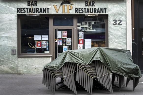 Gestapelte Tische und Stuehle vor dem geschlossenen Restaurant VIP in Basel, am Montag, 23. November 2020. Wegen der verschaerften Schutzmassnahmen gegen das Coronavirus bleiben u.a. die Restaurants im Kanton Basel-Stadt fuer vorlaeufig drei Wochen geschlossen. (KEYSTONE/Georgios Kefalas)