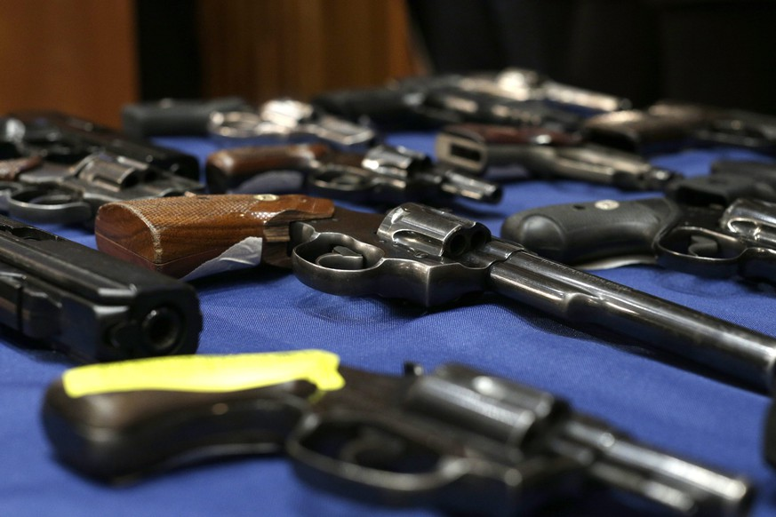 ARCHIVBILD ZUR ZUNAHME DER WAFFENVERKAEUFE IN DER SCHWEIZ IM JAHR 2016 -- epa04999079 Guns on display at a press conference announcing the bust of a gun trafficking  ring at Police Headquarters in New York, New York, USA, 27 October 2015. NYPD officers charged six men as part of an East Harlem gun trafficking ring selling nearly 70 guns to undercover officers.  EPA/ANDREW GOMBERT