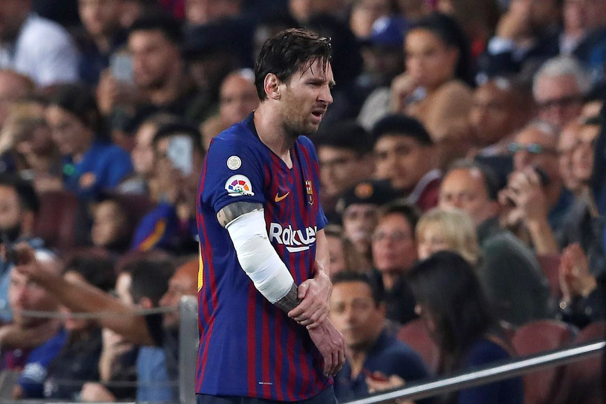 epa07107851 FC Barcelona's Lionel Messi leaves the pitch after sustaining an injury during the Spanish La Liga soccer match between FC Barcelona and Sevilla CF at Camp Nou stadium in Barcelona, Spain, 20 October 2018.  EPA/Alberto Estevez