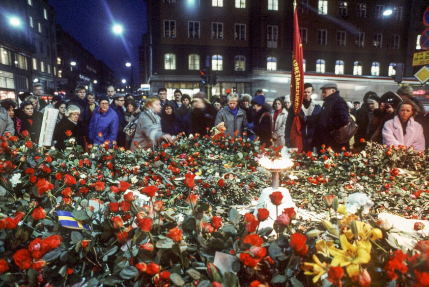 epa05179651 (FILE) A file picture taken on 01 March 1986 shows a pile of flowers at the place at Sveavagen in Stockholm where the assassination of prime minister Olof Palme took place, Sweden. On 28 February 2016 will mark the thirty years anniversary of his death. Olof Palme was shoot on a street in Stockholm while walking home from a movie theater with his wife.  EPA/STR SWEDEN OUT