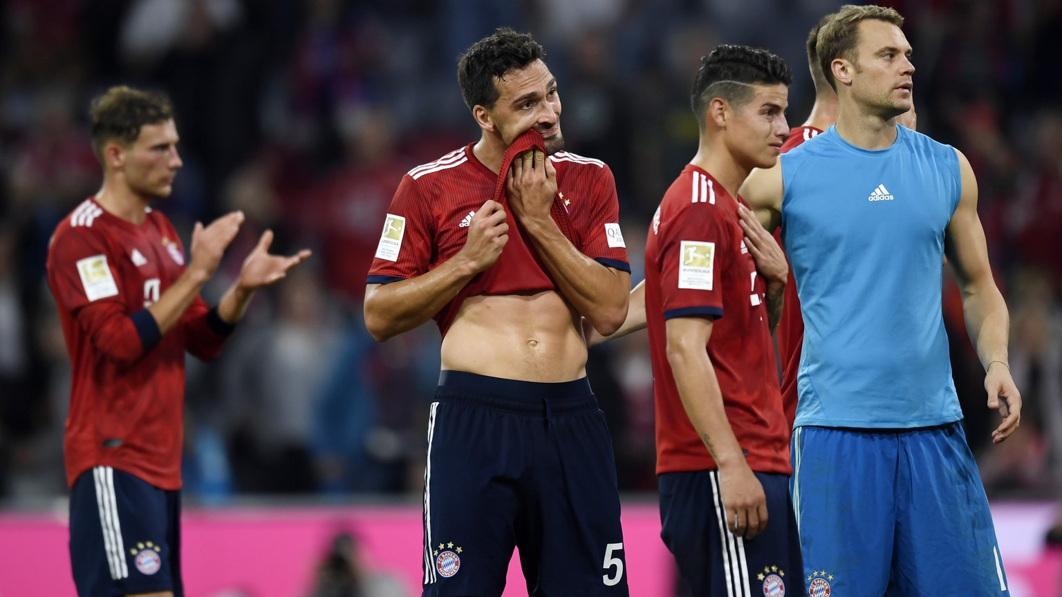 epa07074761 Bayern's Mats Hummels (C) and Manuel Neuer (R) react after the German Bundesliga soccer match between Bayern Munich and Borussia Moenchengladbach in Munich, Germany, 06 October 2018.  EPA/DANIEL KOPATSCH CONDITIONS - ATTENTION: The DFL regulations prohibit any use of photographs as image sequences and/or quasi-video.