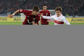 HANOVER, GERMANY - APRIL 25:  Hiroki Sakai (L) of Hanover fights for the ball with Gotoku Sakai (R) of Stuttgart during the Bundesliga match between Hannover 96 and VfB Stuttgart at HDI-Arena on April 25, 2014 in Hanover, Germany.  (Photo by Lars Kaletta/Bongarts/Getty Images)