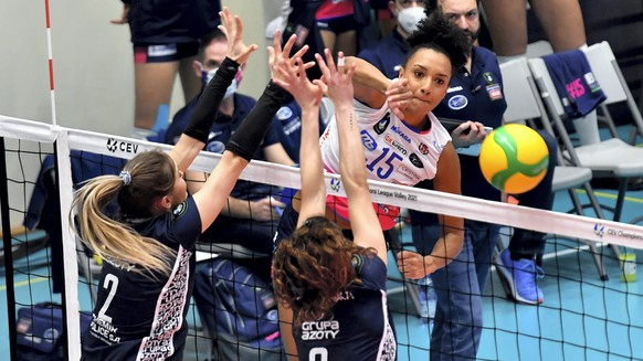 epa08987761 Martyna Grajber (L) and Iga Wasilewska (C) of Grupa Azoty Chemik Police in action against Haleigh Washington (R) of Igor Gorgonzola Novara during the CEV Champions League Volley 2021 - Women, Pool E, tournament 2, volleyball match between Grupa Azoty Chemik Police and Igor Gorgonzola Novara, in Police, northwestern Poland, 04 February 2021.  EPA/Marcin Bielecki POLAND OUT