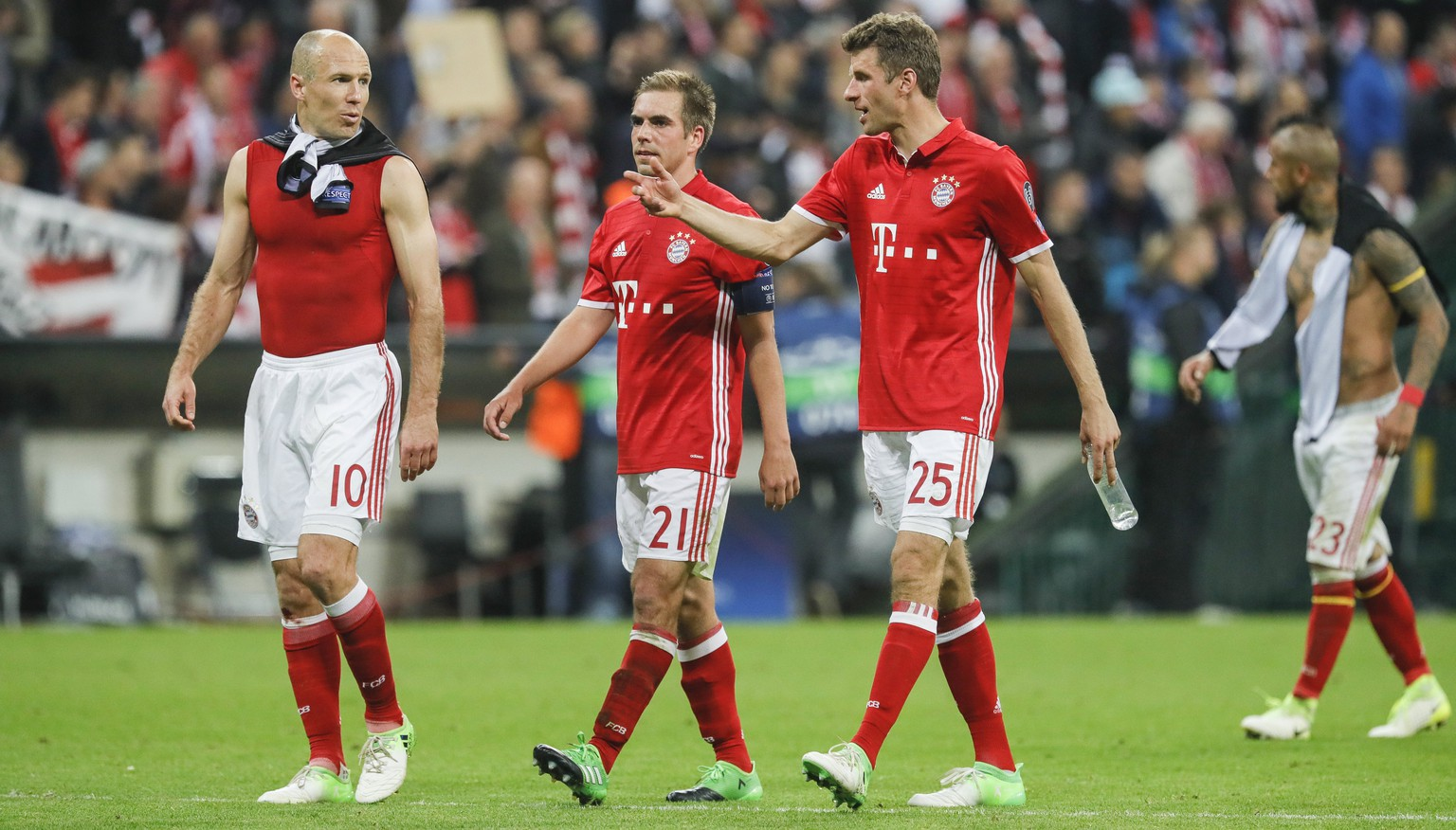 epa05905169 (L-R) Bayern's Arjen Robben, Philipp Lahm and Thomas Muller react at the end of the UEFA Champions League quarter final, first leg soccer match between Bayern Munich and Real Madrid at Allianz Arena in Munich, Germany, 12 April 2017. Munich lost the match 1-2.  EPA/RONALD WITTEK