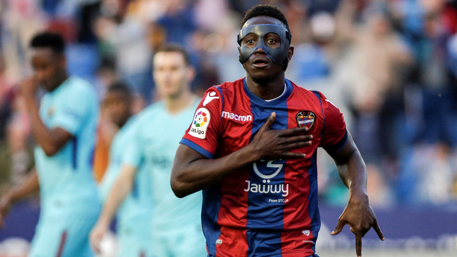 epa06733895 Levante's Ghanaian striker Emmanuel Boateng celebrates after scoring against FC Barcelona during their Spanish Primera Division soccer match at Ciudad de Valencia stadium in Valencia, eastern Spain, 13 May 2018.  EPA/BIEL ALINO