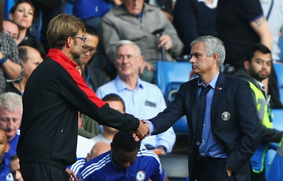 LONDON, ENGLAND - OCTOBER 31: Jurgen Klopp, manager of Liverpool and Jose Mourinho Manager of Chelsea shake hands after the Barclays Premier League match between Chelsea and Liverpool at Stamford Bridge on October 31, 2015 in London, England.  (Photo by Ian Walton/Getty Images)