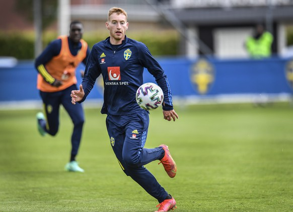epa09255298 (FILE) - Sweden's Dejan Kulusevski in action at the national soccer team training in Bastad, Sweden, 26 May 2021 (re-issued on 08 June 2021). On 26 June 2021 Sweden's national team doctor Anders Valentin announced that Dejan Kulusevski tested positive for COVID-19 coronavirus. The player remained isolated from the rest of the team and didn't travel to Gothenburg for the last part of the preparation ahead the UEFA Euro 2020 soccer tournament.  EPA/ANDERS WIKLUND SWEDEN OUT SWEDEN OUT *** Local Caption *** 56924390