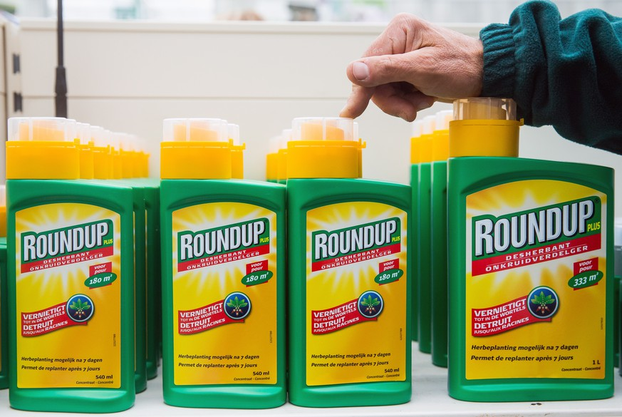 epa07568910 (FILE) - A man shows bottles of 'Roundup' wich contains glyphosate in a garden store in Brussels, 23 October 2017, reissued 14 May 2019. Media reports on 14 May 2019 state that a California jury has awarded a couple  who claimed weedkiller Roundup was responsible for their cancer 2 billion US dollars or 1.7 billion euros in a case brought against German pharmaceutical group Bayer. Bayer denied the allegations.  EPA/STEPHANIE LECOCQ *** Local Caption *** 53850372