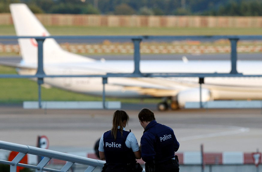 Belgian police officers patrol as a plane lands at Zaventem international airport near Brussels, Belgium, August 10, 2016.    REUTERS/Francois Lenoir