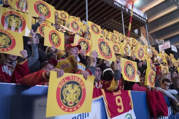 Faire Fans zeigen ihr Gesicht, waehrend dem Meisterschaftsspiel der National League zwischen den SCL Tigers und dem SC Bern, am Samstag 14. Oktober 2017, in der Ilfishalle in Langnau. (KEYSTONE/Marcel Bieri)