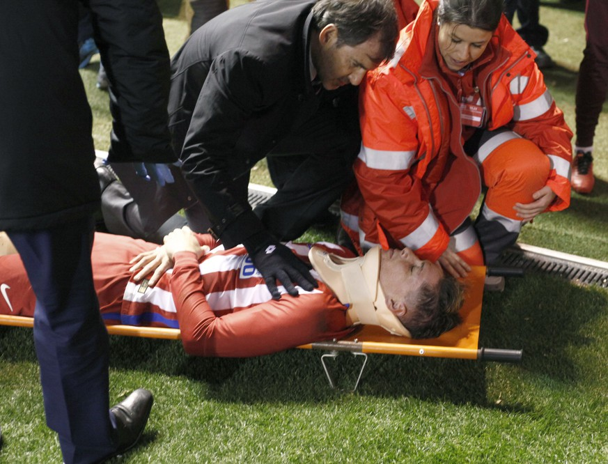 epa05825871 Atletico Madrid' s striker Fernando Torres gets medical assistance during the Spanish Primera Division soccer match against Deportiv Coruna played at the Riazor stadium in La Coruna, Galicia, Spain, on 02 March 2017.  EPA/CABALAR