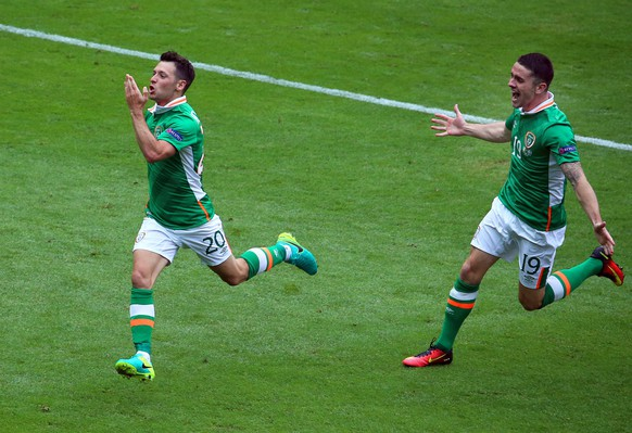 epa05362296 Ireland's Wes Hoolahan (L) celebrates with his teammate Robbie Brady (R) after scoring the 1-0 lead during the UEFA EURO 2016 group E preliminary round match between Ireland and Sweden at Stade de France in Saint-Denis, France, 13 June 2016.