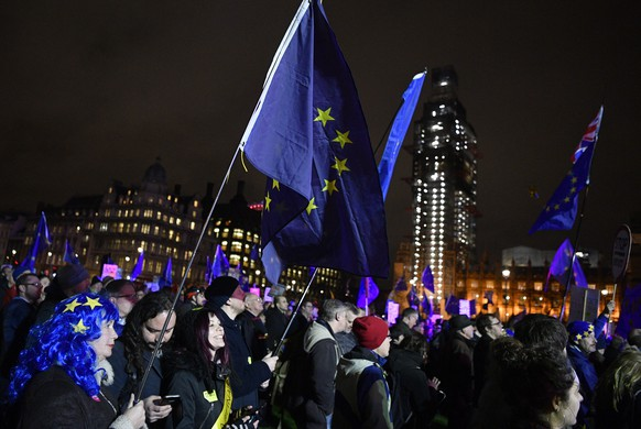 epa07287496 Pro-Brexit demonstrators protest outside of the houses of parliament in London, Britain, 15 January 2019. Parliamentarians are voting on the postponed Brexit EU Withdrawal Agreement, commonly known as The Meaningful Vote, deciding on Britain's future relationship with the European Union.  EPA/NEIL HALL