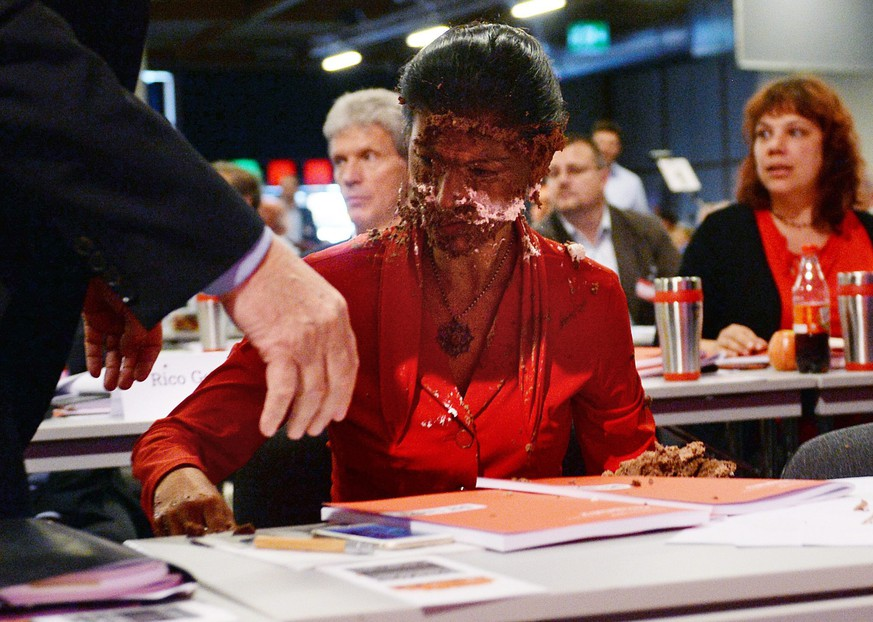 epa05333268 Parliamentary leader of Germany's Left Party, Die Linke, Sahra Wagenknecht, after an attack with a cream cake at the party conference in Magdeburg, Saxony-Anhalt, Germany 28 May 2016. The Left Party is meeting for a two-day party congress.  EPA/HENDRIK SCHMIDT