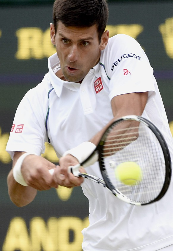 epa04834466 Novak Djokovic of Serbia in action against Kevin Anderson of South Africa during their fourth round match for the Wimbledon Championships at the All England Lawn Tennis Club, in London, Britain, 06 July 2015.  EPA/FACUNDO ARRIZABALAGA EDITORIAL USE ONLY/NO COMMERCIAL SALES