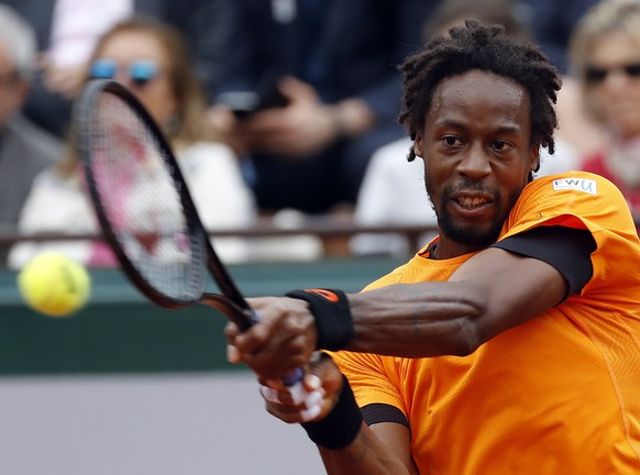 epa06008084 Gael Monfils of France in action against Richard Gasquet of France during their men's singles 3rnd round match during the French Open tennis tournament at Roland Garros in Paris, France, 03 June 2017.  EPA/ETIENNE LAURENT