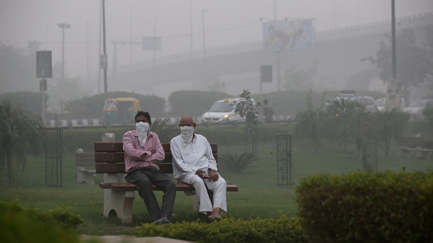 epa05618706 Indian people cover with their faces with a cloth during heavy smog in New Delhi, India, 05 November 2016. People in India's capital city are struggling with heavily polluted air after smoke released from fireworks set off during Diwali celebrations last weekend still lingers in the air of the metropolis. The air has forced many local schools - especially those run by the government - to close for the day, and visibility in the city has been reduced to 400 meters.  EPA/RAJAT GUPTA